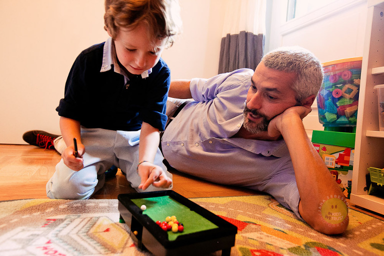 family session, papa gioca con bimbo per terra nella cameretta