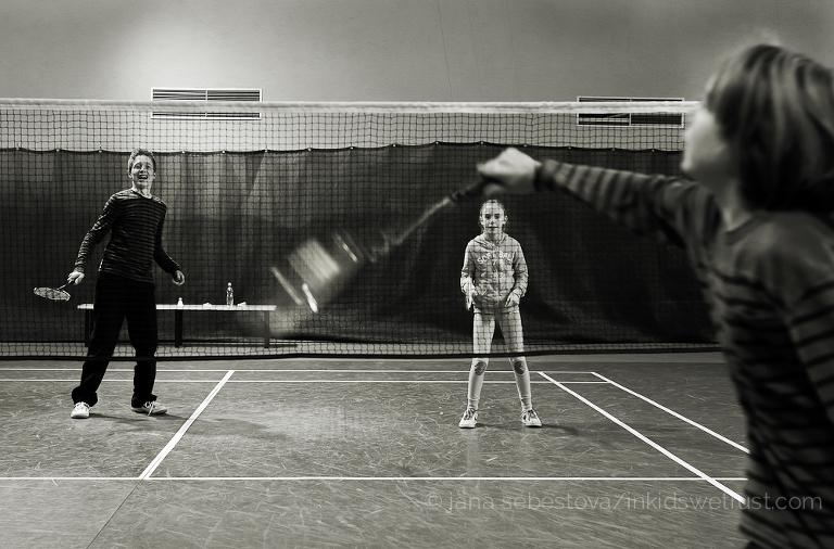 bambini giocano badminton