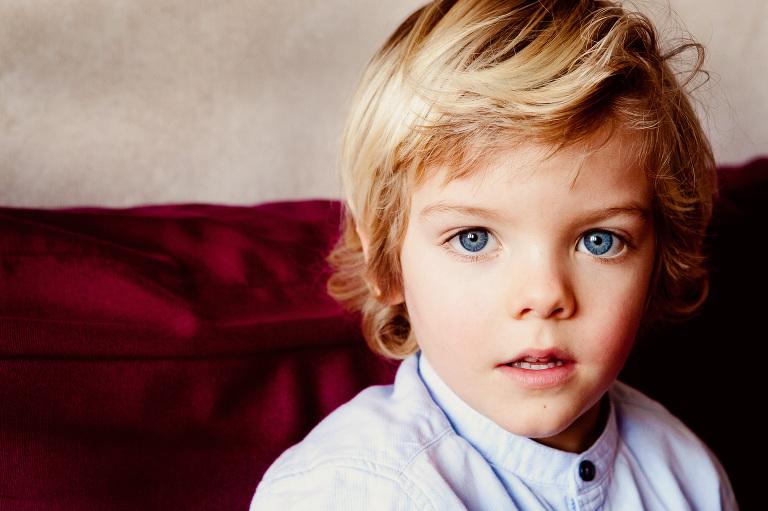 primo piano di bambino biondo con gli occhi azzurri