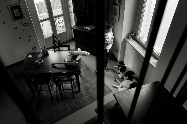 ragazzo che guarda fuori dalla finestra visto dal alto