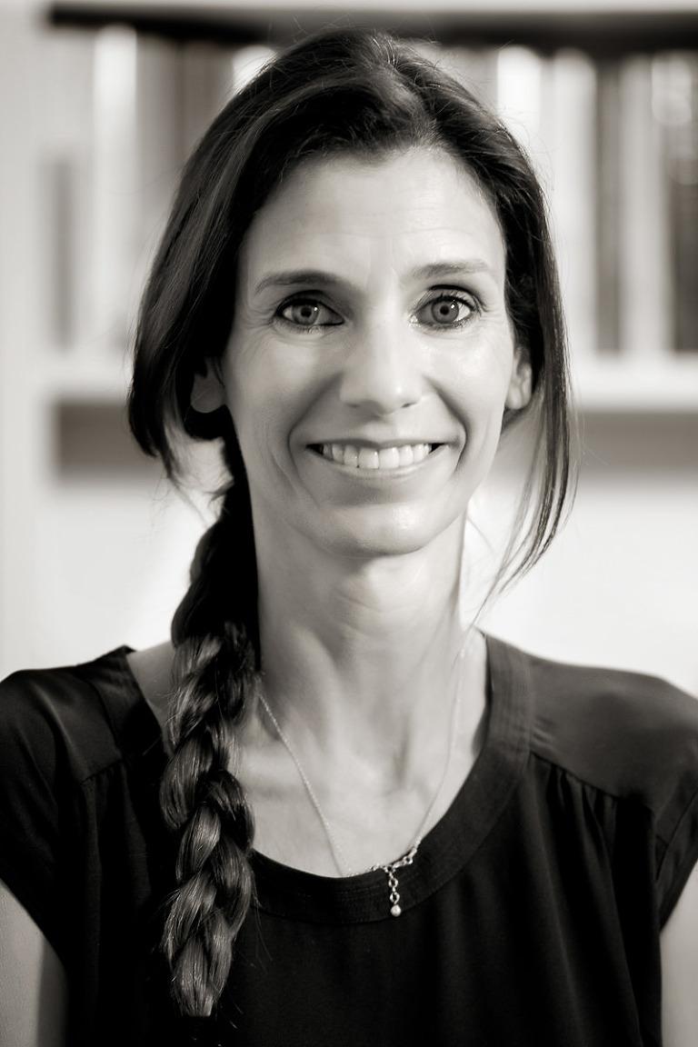ritratto di donna con la treccia in bianco nero
