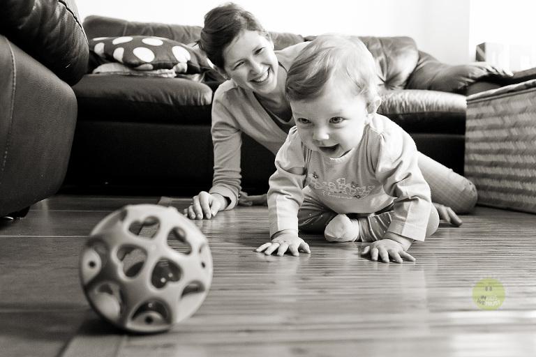 bambina rincorre la pallina per terra con la mamma indietro
