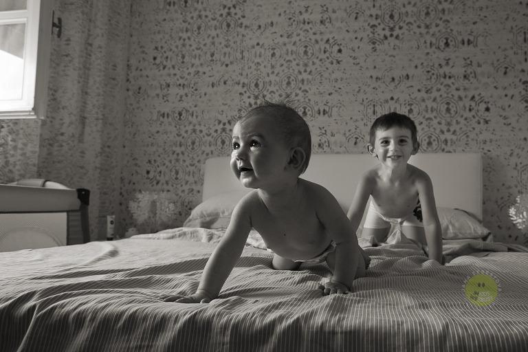 bimbi gattonano sul lettone