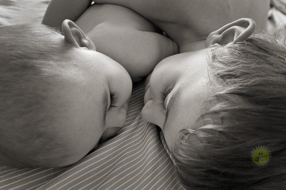 [:it]teste di due fratellini che si guardano sdraiati nel letto, kids[:en]teste di due fratellini che si guardano[:]