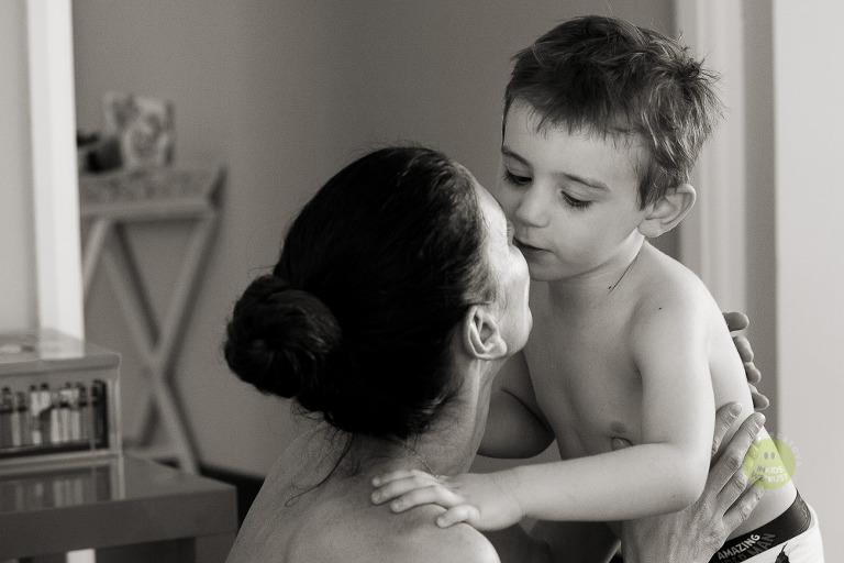 bimbo sta dando un bacio a mamma