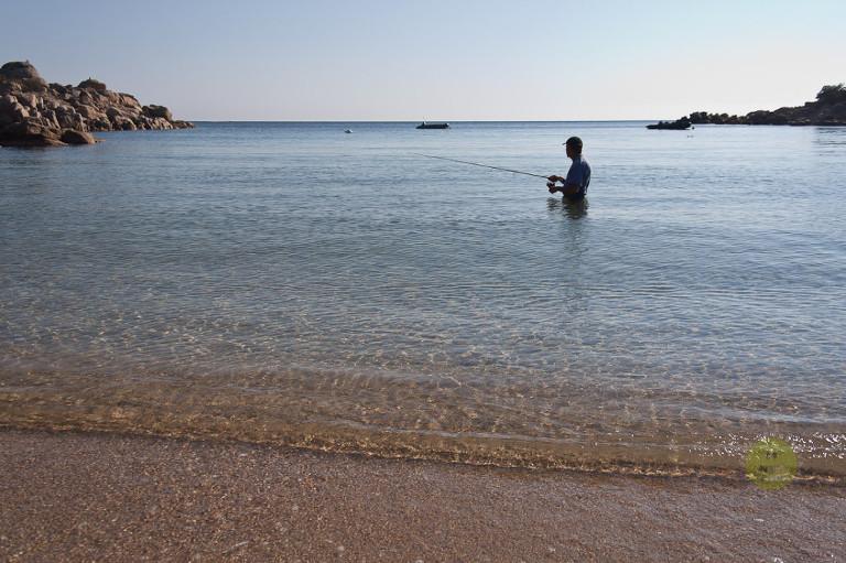 uomo pesca in mare, tizzano corsica