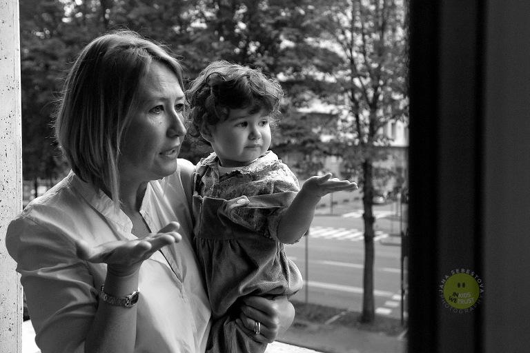 family session, mamma con bimba sul balcone