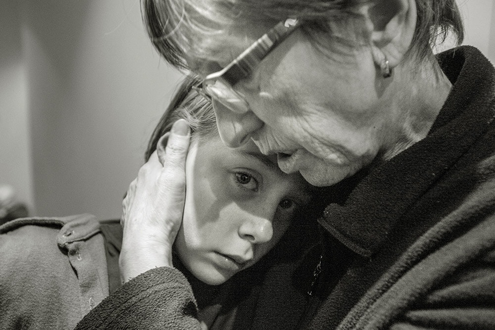 nonni, nonna accarezza la nipote