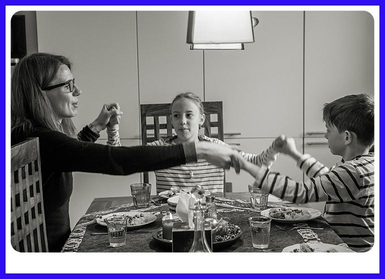 reportage di famiglia,mamma con i bimbi al inizio cena
