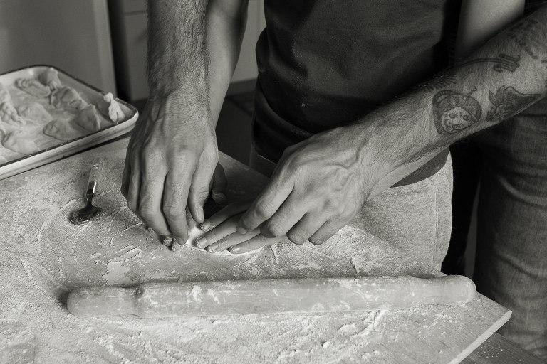 mani di papà che aiutano a bambino preparare il pasto
