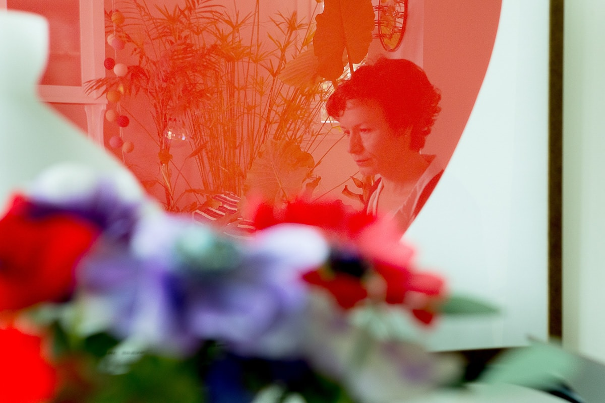 riflesso del ritratto nel quadro rosso con i fiori