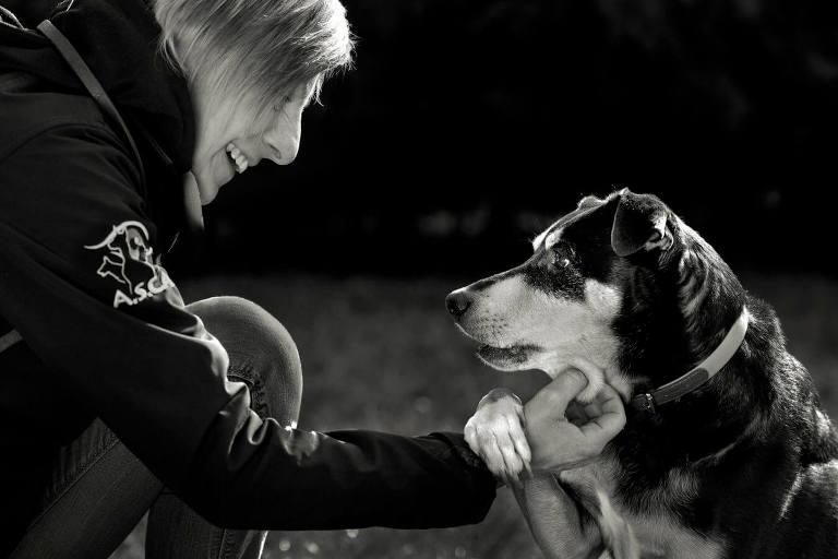 donna bionda educa il suo cane visti di profilo
