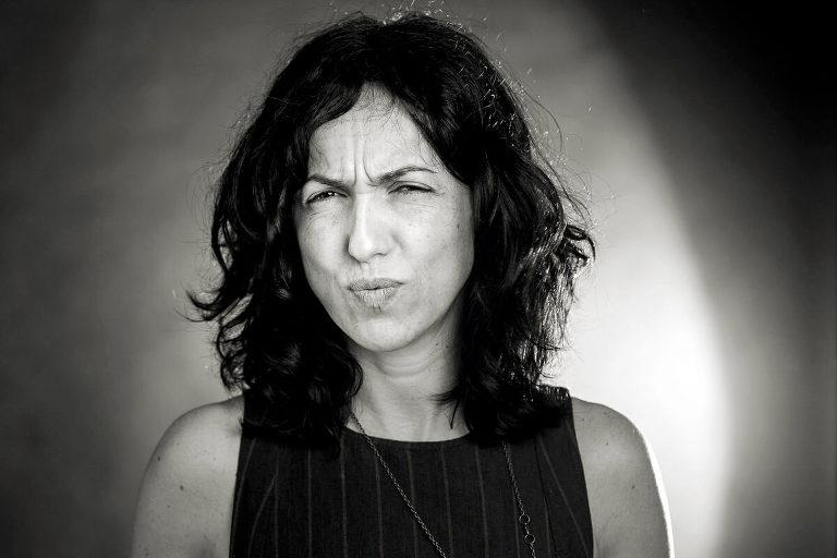 ritratto in bianco e nero di donna con capelli neri che fa la smorfia