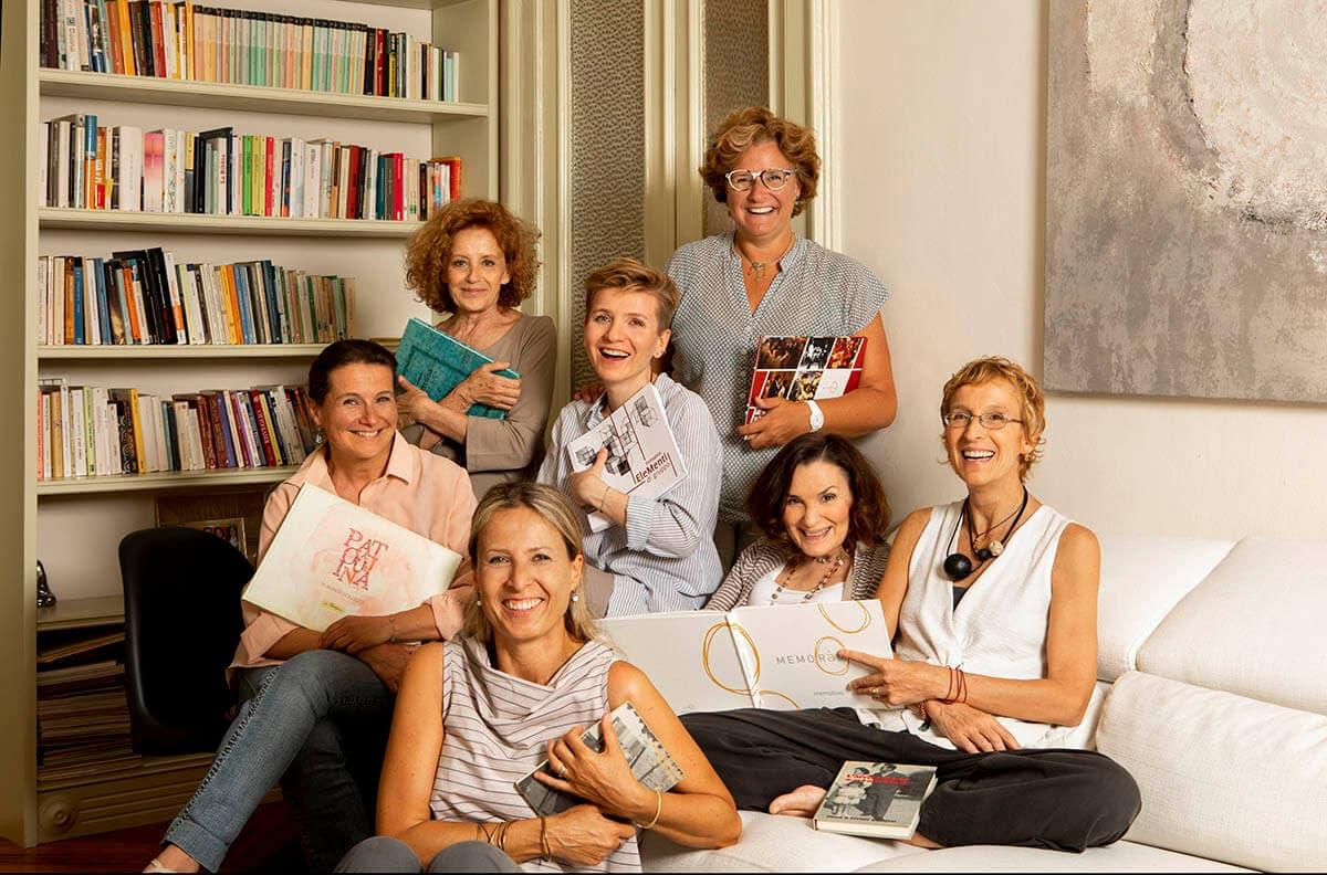 gruppo di donne che ridono e mostrano i libri