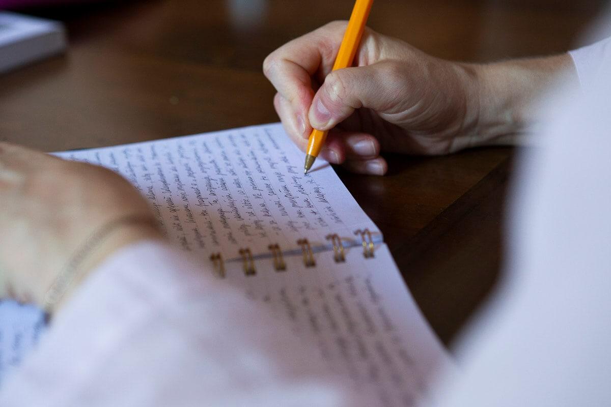 dettaglio mano che scrive nel quaderno
