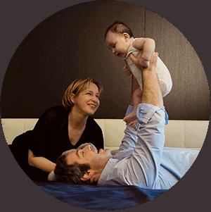 thumbnail genitori con bebe sul letto